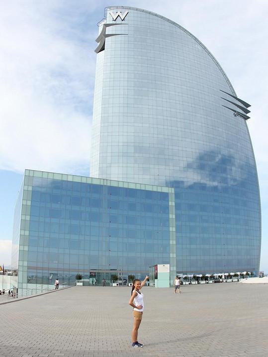 Monika Bagárová před hotelem, kde noc stojí přes 500 eur.