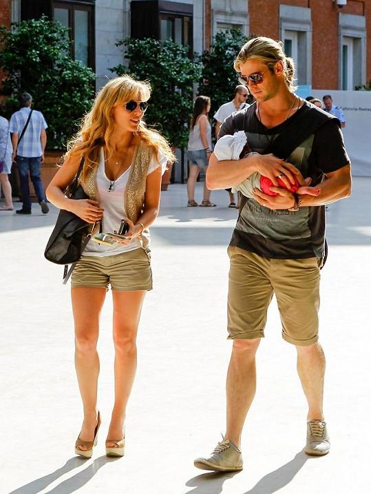Herec byl spatřen s manželkou a dcerou na dovolené v Madridu.