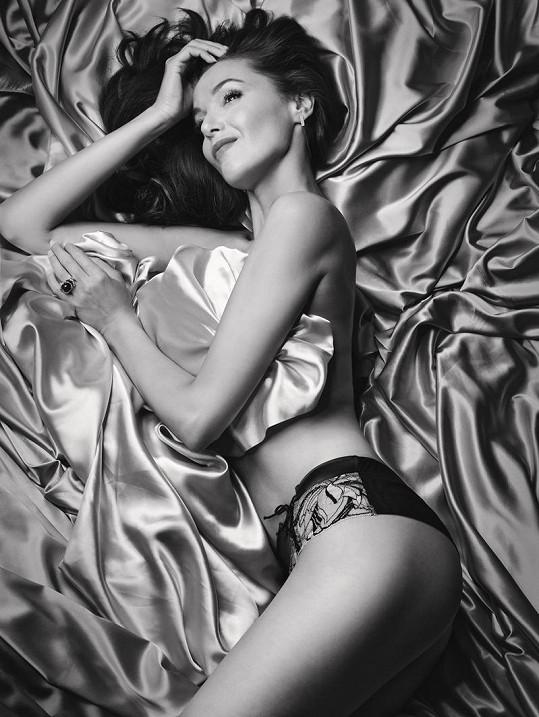 Iva v saténu a s luxusním prstenem Boucheron.