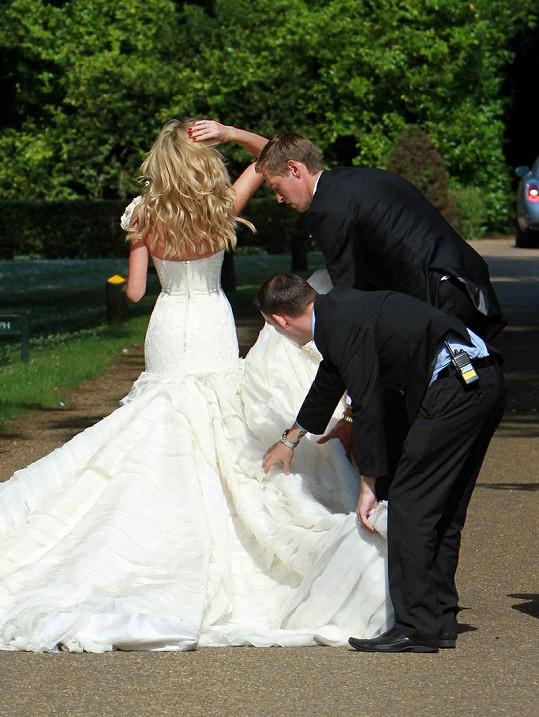 Nevěsta potřebovala pomoci s vlečkou, sama si však výstřih neuhlídala.