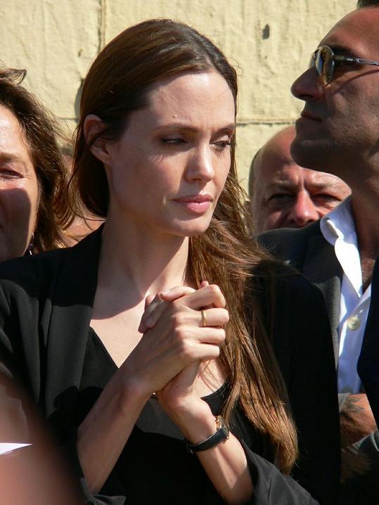 Angelina Jolie mezi uprchlíky.