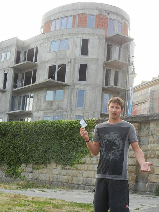 James Blunt na fotografii před polským hotelem.