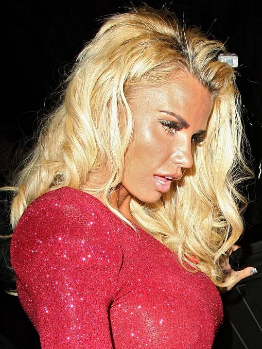 Blondýnka to trochu přehnala s make-upem.