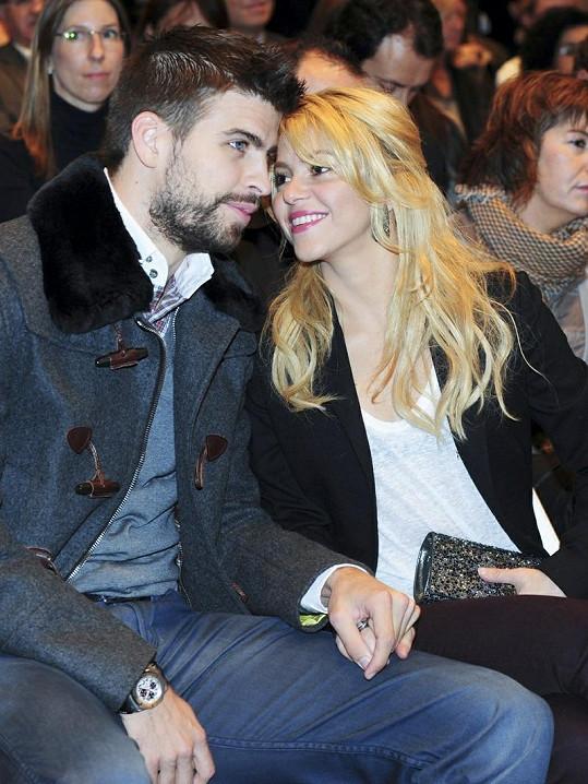 Shakira a Gerard Piqué čekají první dítě.