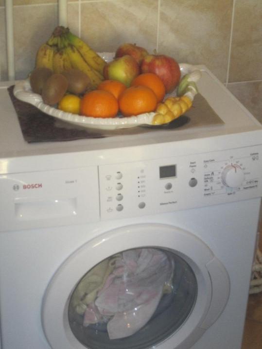 Marie měla i variantu pro vegetariány. Na pračce byla přichystaná mísa s ovocem.