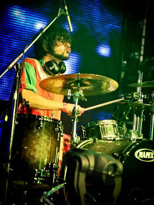 Na bubeníka Yugiho je zajímavý pohled.