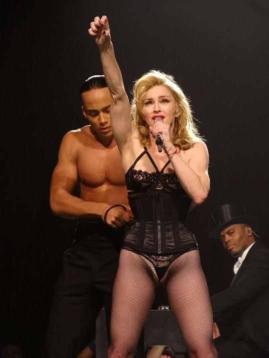 Madonna v korzetu a s miniaturními kalhotkami.
