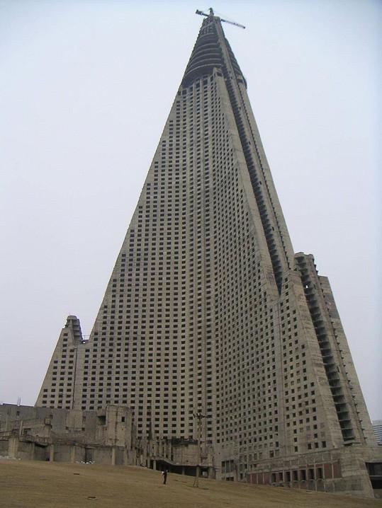 Hotel byl dlouhá léta rozestavěný, na jeho dokončení nebyly finanční prostředky.
