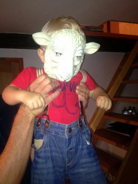 Kryšpín si s mamkou hraje na ovečku.