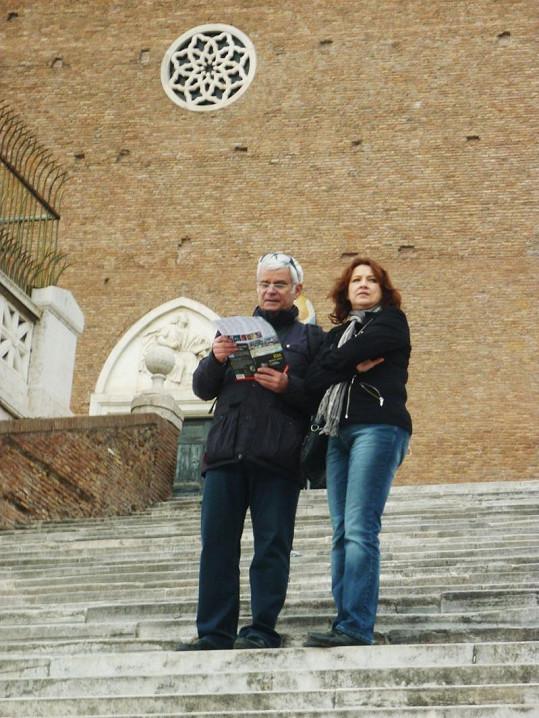 Petr se Zlatou v Římě před kostelem Santa Maria in Aracoeli.
