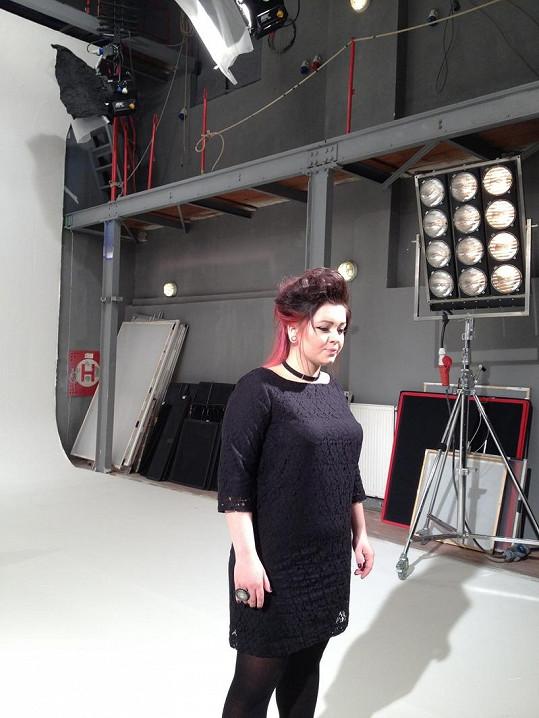 Alžběta Kolečkářová natáčí klip Jak silná mám tu stát.