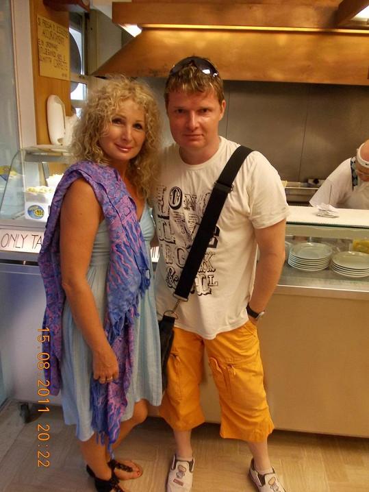 Světlana s kamarádem Martinem Francem v restauraci v Caorle.