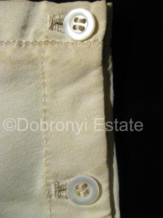 Kalhotky se zapínají na knoflíky.