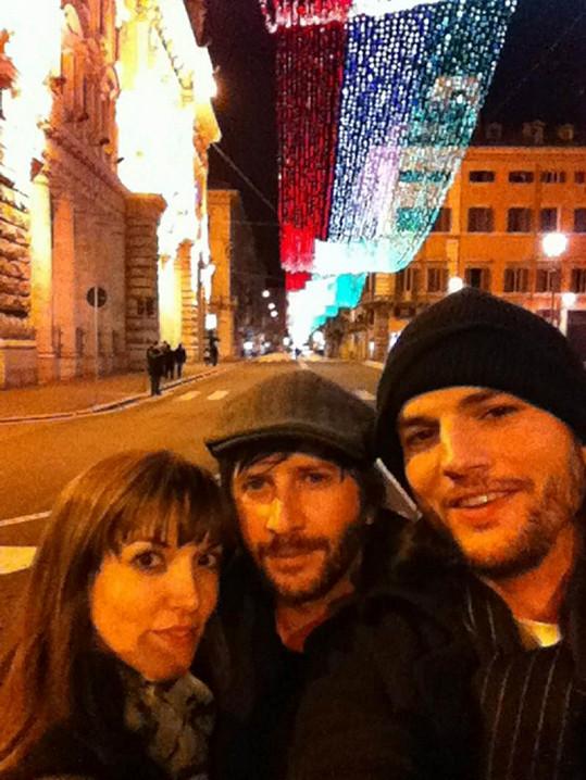 Ashton Kutcher (vpravo), Lorene Scafaria v Itálii.
