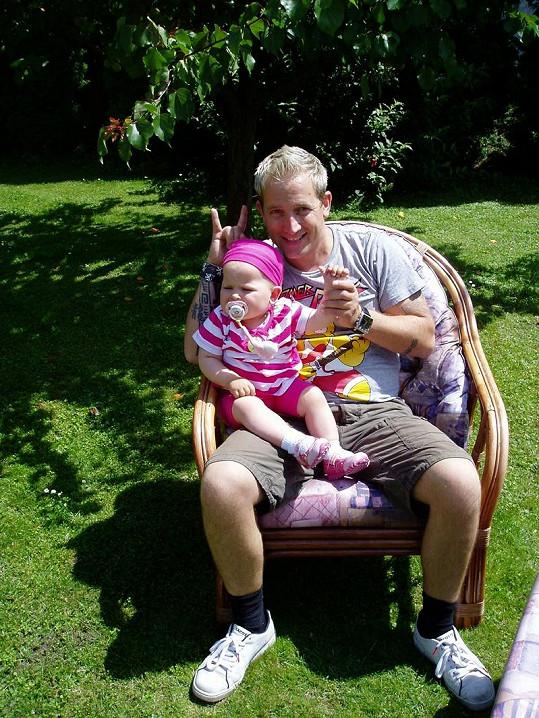 Martin s dcerkou na zahradě.
