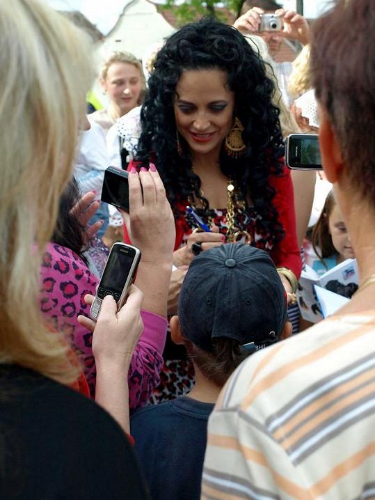 Lucie Bílá se dvě hodiny podepisovala fanouškům.