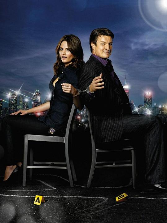 Spisovatel Richard Castle a policistka Kate Beckett v seriálu Castle na zabití.