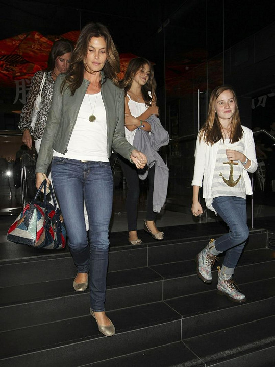 Cindy Crawford s dcerou Kaiou Jordan (druhá zprava).