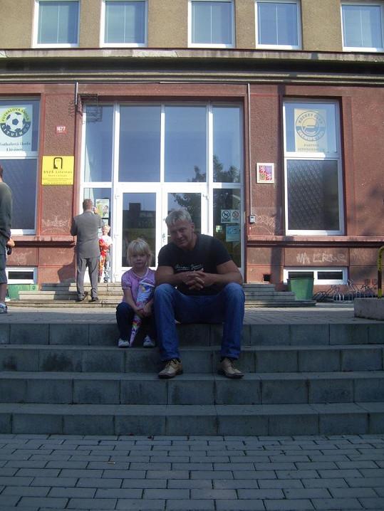 Martin Maxa s dcerou Emou před základní školou v Litvínově.