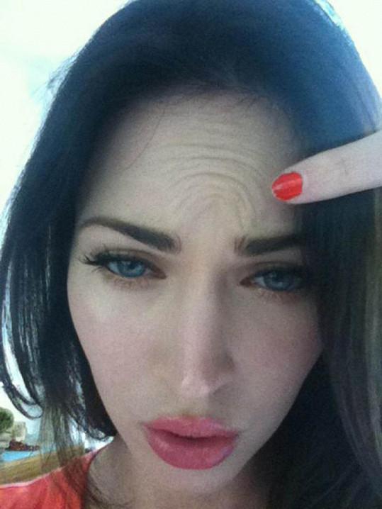 Vrásky na čele Megan Fox: Tohle s botoxem neuděláte.