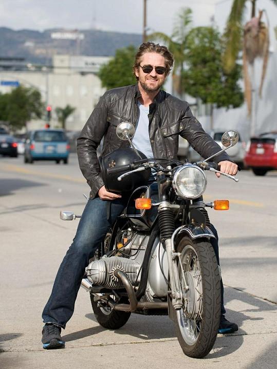 Gerard je zapáleným motorkářem.