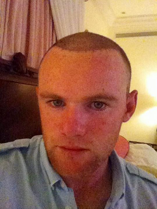 Anglický fotbalista s novými vlasy.