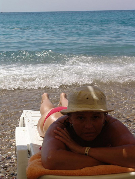 Ivana Andrlová lenoší na pláži