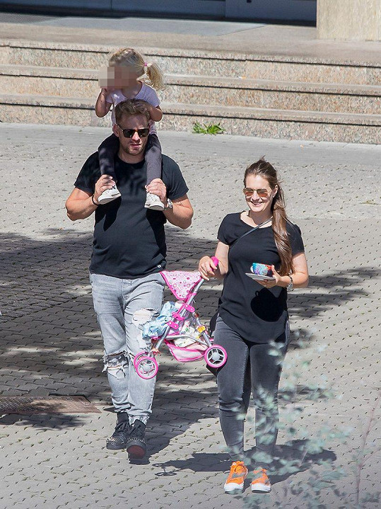Jakub Prachař s dcerou Miou a chůvou na dětském filmovém festivalu