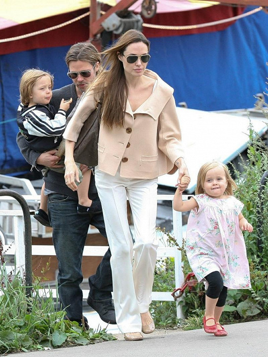 Brad Pitt a Angelina Jolie se svými dětmi.