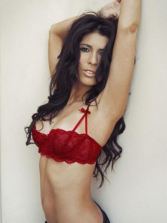 Victoria v červeném spodním prádle.