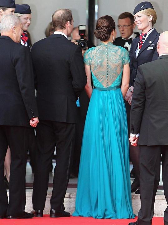 Šaty byly překrásné i zezadu. Dobře, že Kate je nechala vyniknout díky staženým vlasům.