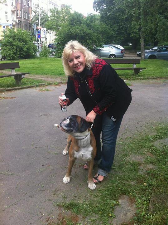Marie Pojkarová hubne díky svému již nezavšivenému psovi.