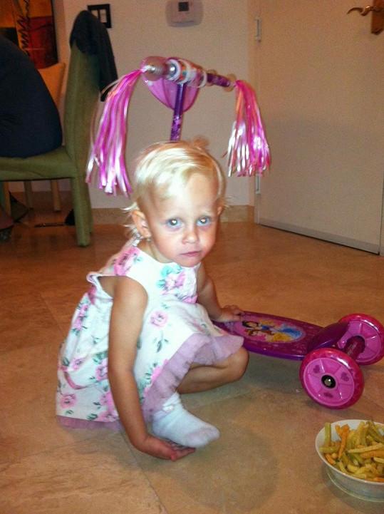 Salma dostala k narozeninám rozkošnou koloběžku.