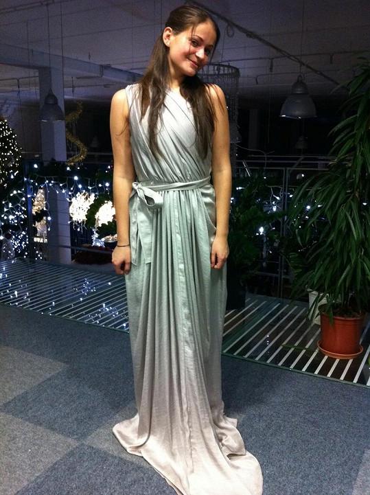 Totožnou stříbrnou řízu v hodnotě 170 tisíc korun oblékla hlavní aktérka videoklipu.