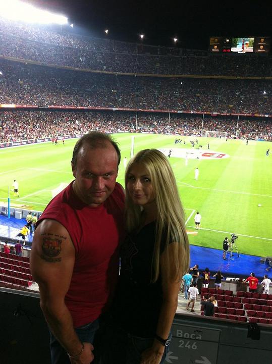 Marek Vít s novou partnerkou na fotbalovém zápase v Barceloně