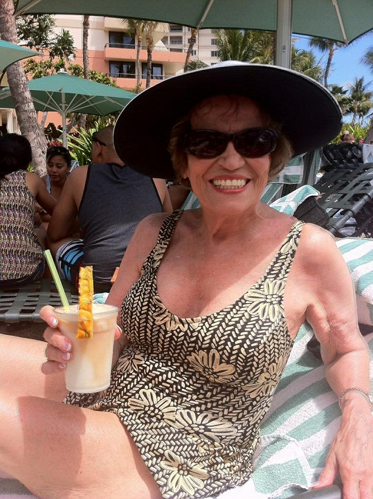 Vitální Američanka s novými ňadry na dovolené na Havaji.