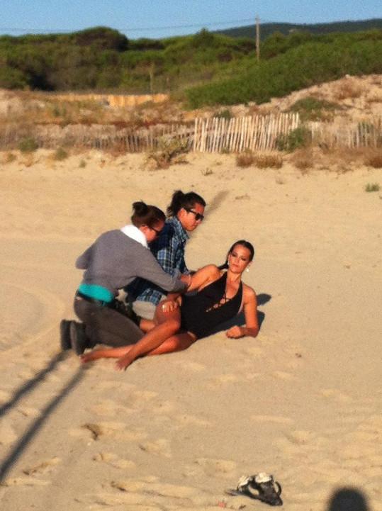 Asistenti Katku upravují na pláži při východu slunce.