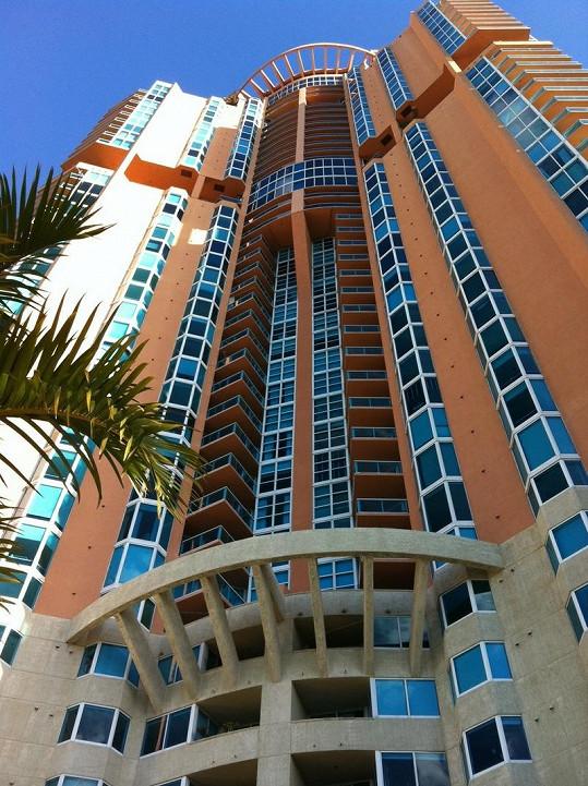 V tomto komplexu Portofino Tower v Miami žije Belohorcová.