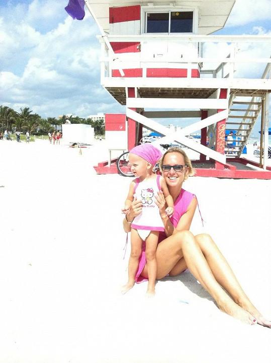 Na pláži před domem tráví Zuza se Salmou většinu dní.