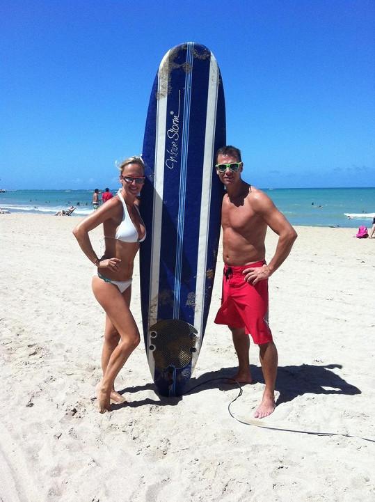 Zuza a Vlasta si vyzkoušeli surfing na pláži v Puerto Ricu.