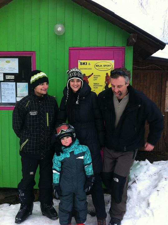 Libuška s partnerem Ivanem předávají syna Matyáše do rukou instruktora Dominika.