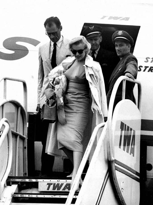 Marilyn Monroe při příletu do Londýna v roce 1956.