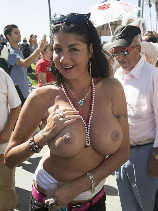 Vnadná demonstrantka se na Venice Beach nakrucovala před fotografem.