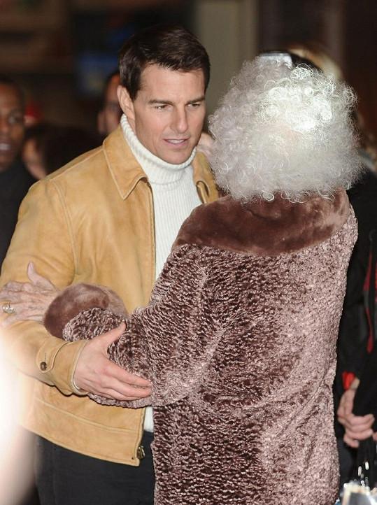 Tom Cruise se objímá s vévodkyní z Alby.