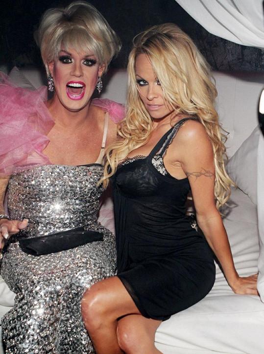 Pamela Anderson a Elaine Lancaster.