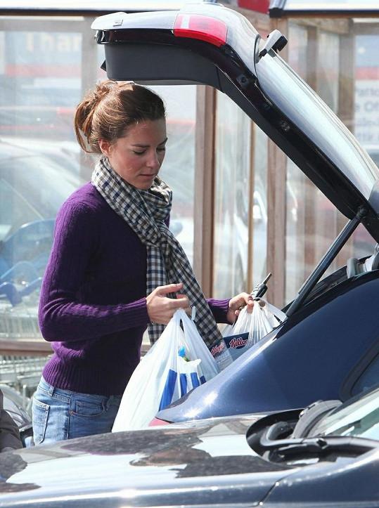 Kate vše pečlivě naskládala do kufru svého vozu.