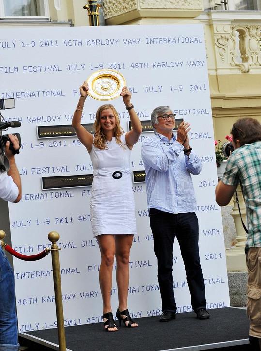Petra Kvitová zapózovala s talířem wimbledonské vítězky.