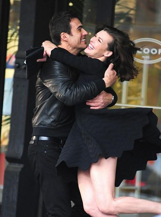 Milla Jovovich natáčela s hercem Carlosem Casiou Grandem.
