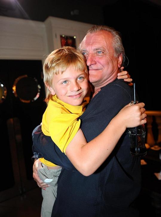 Bořek Šípek se synem Arturem v náručí na archivní fotce