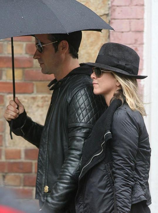 Aniston a Theroux v deštivém New Yorku.